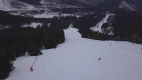 BRUMMENS Skiort-Jasna Slovakia-BergDraufsicht 4K niedrigen Tatras Luft stock footage
