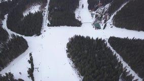 BRUMMENS Skiort-Jasna Slovakia-BergDraufsicht 4K niedrigen Tatras Luft stock video