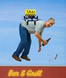 Brummentaxi mit dem betrunkenen Mann, der über Bar fliegt Lizenzfreies Stockbild