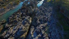 Brummenvideo - Flug über dem Wasserfall über der Schlucht stock video