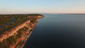 Brummenvideo Flug über der Pakri-Klippe und der Küste der Ostsee bei Sommersonnenuntergang stock video