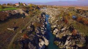Brummenvideo - Flug über der Schlucht zum Wasserfall stock video footage