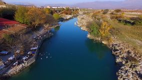 Brummenvideo - Flug über der Schlucht zum Wasserfall stock video