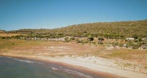 Brummenvogelperspektive über Campingplatz auf Seeufer