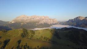 Brummenvogelperspektive bei Sella Gruppe, Marmolada und Gardenaccia während des Sommers Alta Badia, Seifenlösung Tirol, Dolomit,  stock video