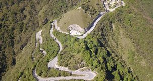 Brummenvogelperspektive der Gebirgsstraße in Italien, das das Dorf von Nebro an Selvino anschließt stock video