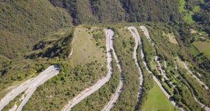 Brummenvogelperspektive der Gebirgsstraße in Italien, das das Dorf von Nebro an Selvino anschließt stock video footage