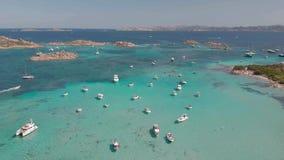 Brummenvogelperspektive von Booten in Maddalena Archipelago, Sardinien, Italien stock footage