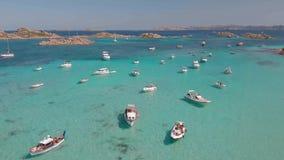 Brummenvogelperspektive von Booten in Maddalena Archipelago, Sardinien, Italien stock video