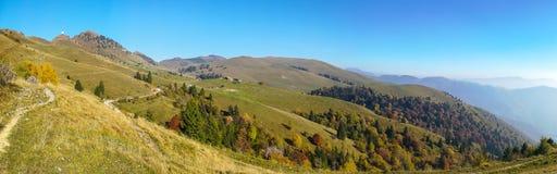 Brummenvogelperspektive zu den Orobie-Alpen und Formico wählen an einem klaren und blauen Tag aus lizenzfreie stockbilder