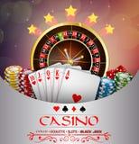 Brun abstrait de fond avec la roue de roulette de casino, et jouer des cartes et des puces Photo libre de droits