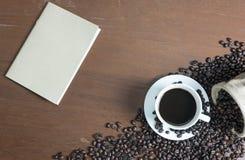 Brun anteckningsbok och kaffe Royaltyfri Bild