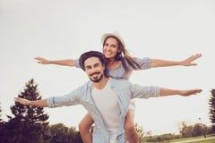 Brun barbu romantique mignon dans la chemise à carreaux, dame rêveuse débarrassée Photographie stock libre de droits