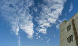 Brun byggnad med bakgrund för blå himmel Royaltyfria Bilder