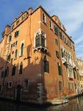 Brun byggnad på solnedgången i Venedig Arkivbilder