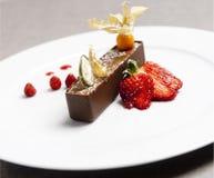 Brun chokladefterrätt för italienare med den röda jordgubben Royaltyfri Fotografi