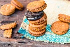 Brun crème de biscuits sur le sac photos stock