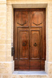 Brun dörr i Malta Arkivbilder