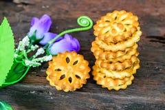 Brun de biscuits sur une table en bois images stock