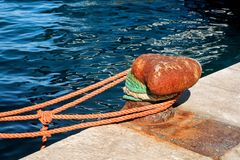 Brun dubb med det bruna repet för skepp och fartyg Arkivfoton