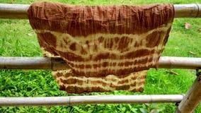 Brun färg - batikfärgtyg i solen Royaltyfria Bilder