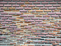 Brun gammal sjaskig tegelstenvägg arkivfoton