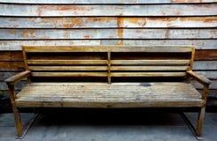 brun gammal vägg för bänk Royaltyfri Fotografi