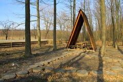 Brun gazebo i skogen fotografering för bildbyråer