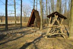 Brun gazebo i skogen arkivfoto