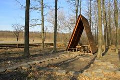 Brun gazebo i skogen på vägrenen arkivfoto