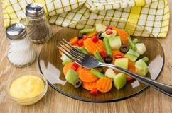 Brun genomskinlig platta med grönsakblandningen som är salt, peppar, sås Royaltyfria Bilder
