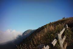 Brun grässlätt på berget Fotografering för Bildbyråer
