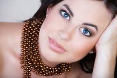 brun hårleendekvinna Royaltyfri Bild