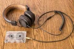 Brun hörlurar med förbindelselång rubber kabel Arkivfoto