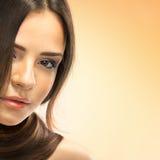 Brun Hair.Beautiful-kvinna med rakt långt hår Arkivfoton