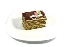 Brun kaka på en vit platta Royaltyfria Bilder