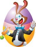 Brun kanin med moroten på ägget Arkivfoto