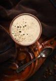 Brun kopp kaffe på den gamla koloniala trätabellen, bästa sikt Royaltyfria Foton
