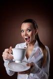 brun kvinna för leende för kaffekopp rolig Arkivbilder