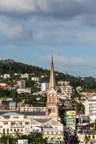 Brun kyrka bland färgrika Martinique byggnader Royaltyfria Foton