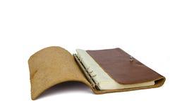 Brun läderanteckningsbok som isoleras på vit bakgrund Arkivfoto