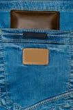 Brun läderhandväska i facket Plånbok halvvägs ut från jeans tillbaka Fick- jeans med plånbokbrunt Royaltyfria Bilder