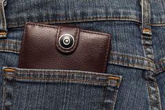 Brun läderplånbok i facket av jeans Arkivfoton