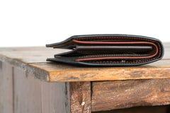 Brun läderplånbok på trätabellen, vit bakgrund Royaltyfria Foton