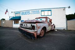Brun lastbil som är främst av att bogsera affär royaltyfria foton
