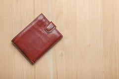 Brun läderplånbok på trätabellen Arkivbild