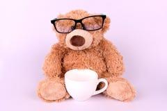 Brun leksakbjörn med den vita koppen Royaltyfri Bild