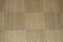 Brun matta i detalj med fyrkanter som en bakgrund Arkivfoto
