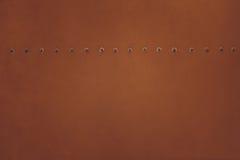 Brun metallplatta med nitar för grunge- eller abstrakt begreppbakgrund Arkivfoto