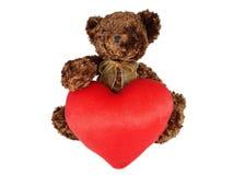 Brun nallebjörn som rymmer stor röd hjärta arkivbilder